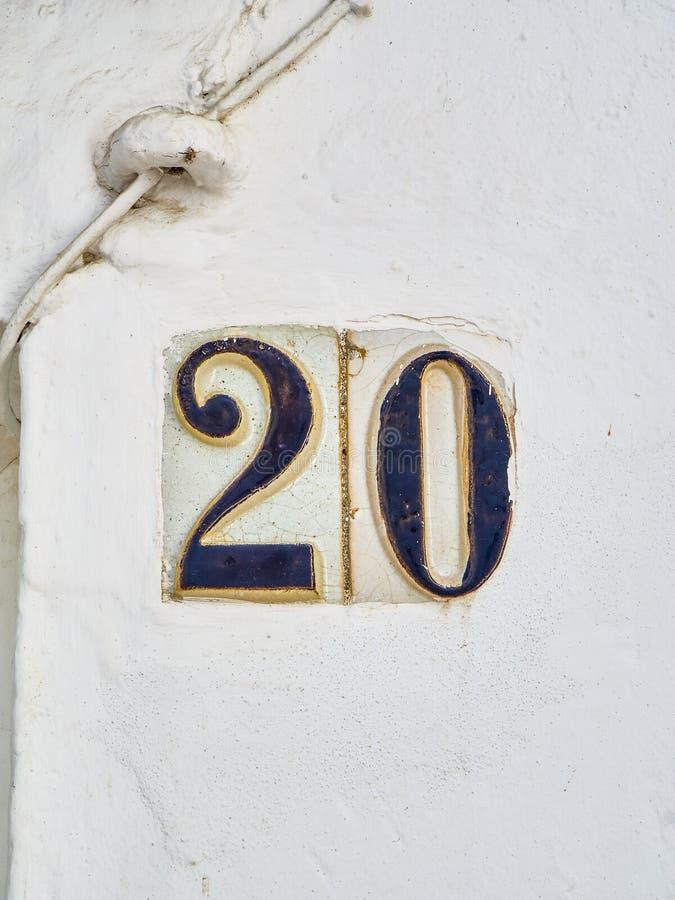 Carrelage en céramique numéro 20 sur un mur blanchi à la chaux images stock
