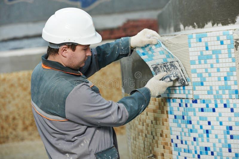 Carreleurs à la rénovation industrielle de carrelage de plancher photos libres de droits