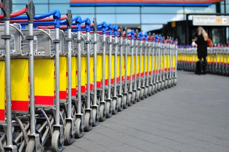 Carrelli dei bagagli in una riga immagini stock libere da diritti