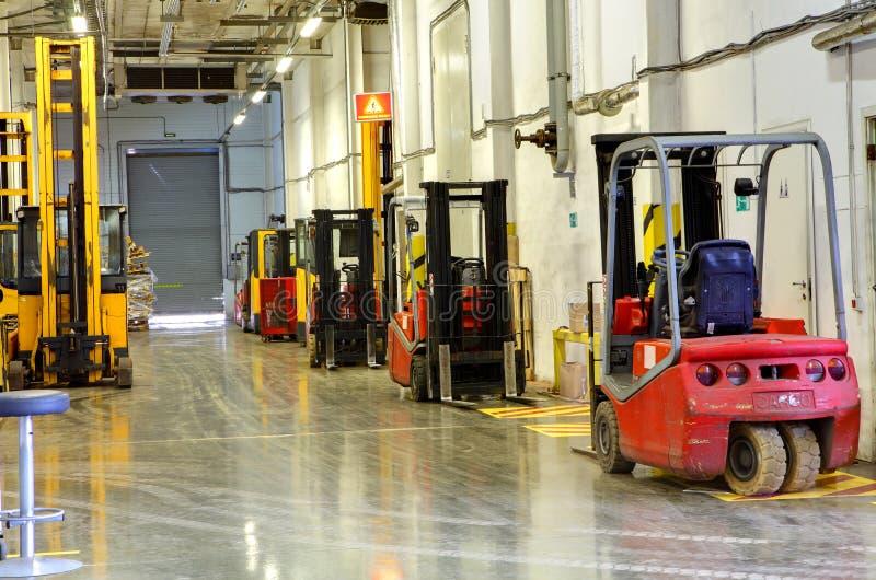 Carrelli elevatori a forcale in azione. Grande magazzino del corridoio. immagini stock