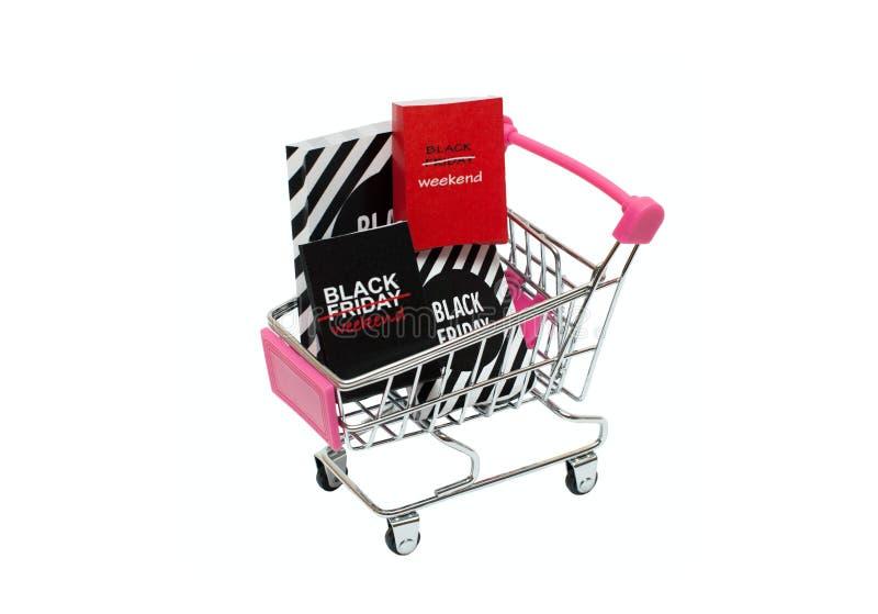 Carrelli miniatura con i pacchetti neri di venerdì immagini stock