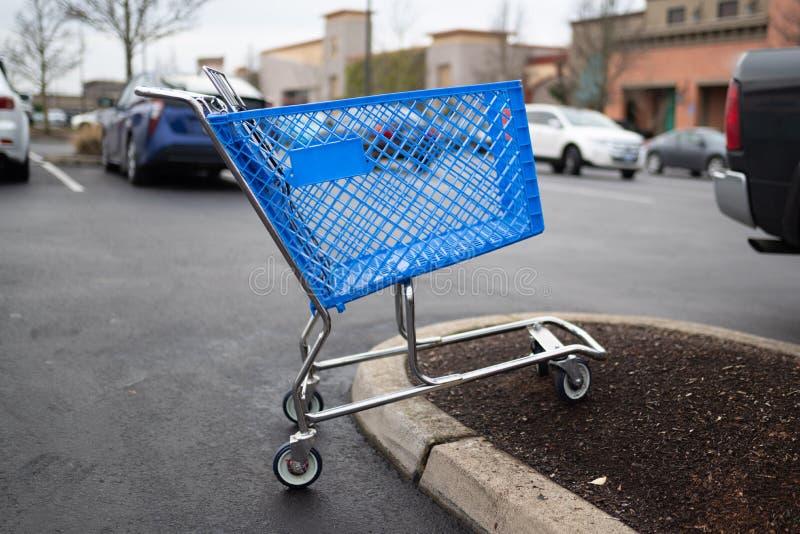 Carrello blu vuoto sul parcheggio fotografia stock libera da diritti