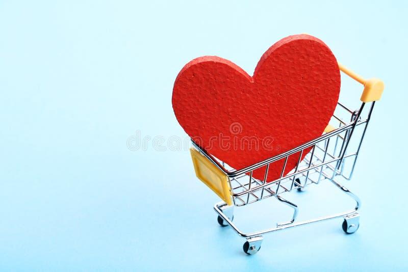 Carrello con cuore rosso fotografia stock
