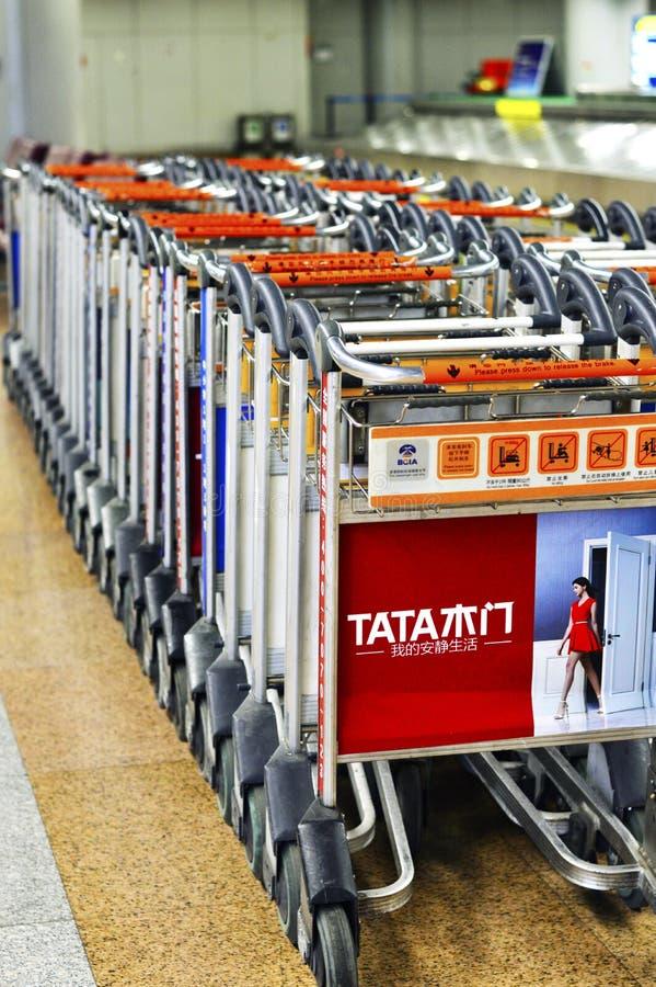 Carrello del bagaglio allineato all'aeroporto capitale PEK della Cina Pechino fotografia stock