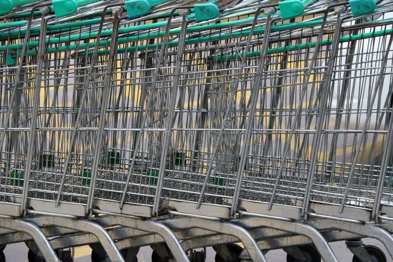 Carrello del metallo del centro commerciale Impilato in una fila lunga fotografie stock