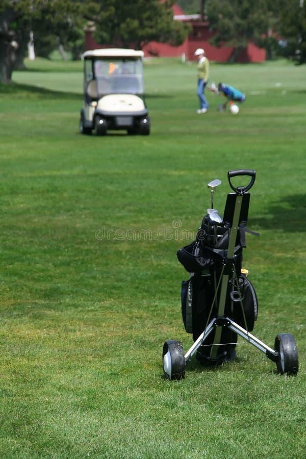 Carrello della mano con i club di golf fotografie stock libere da diritti