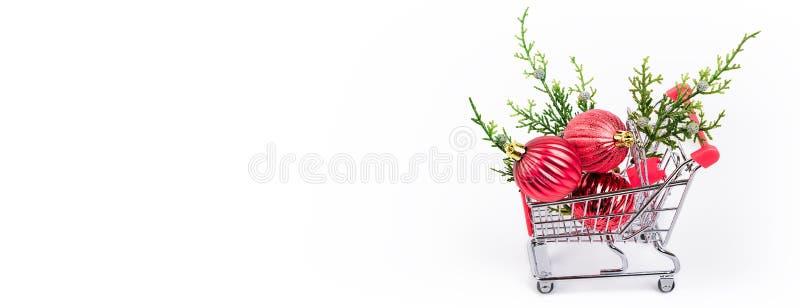 Carrello di acquisto con i contenitori di regalo variopinti fotografia stock libera da diritti