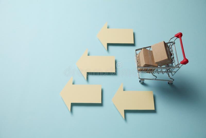Carrello di acquisto con le caselle Acquisto e consegna delle scatole delle merci dai depositi online, al minuto fotografie stock