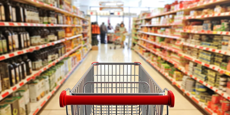 Carrello di acquisto, vuoto, con la maniglia rossa sul fondo della navata laterale del supermercato della sfuocatura illustrazion royalty illustrazione gratis