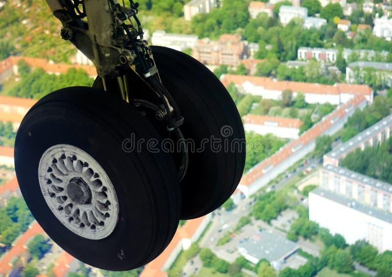 Carrello di atterraggio esteso nell'aria fotografia stock