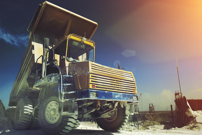 Carrello di miniera giallo Macchinario industriale del lavoro, estrazione mineraria del calcare Effetto della luce di Sun immagini stock libere da diritti