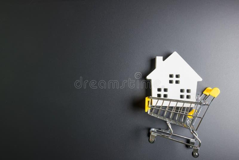 Carrello e modello di legno del tubo flessibile Concetto online di acquisto Concetto del bene immobile, concetto della nuova casa immagini stock