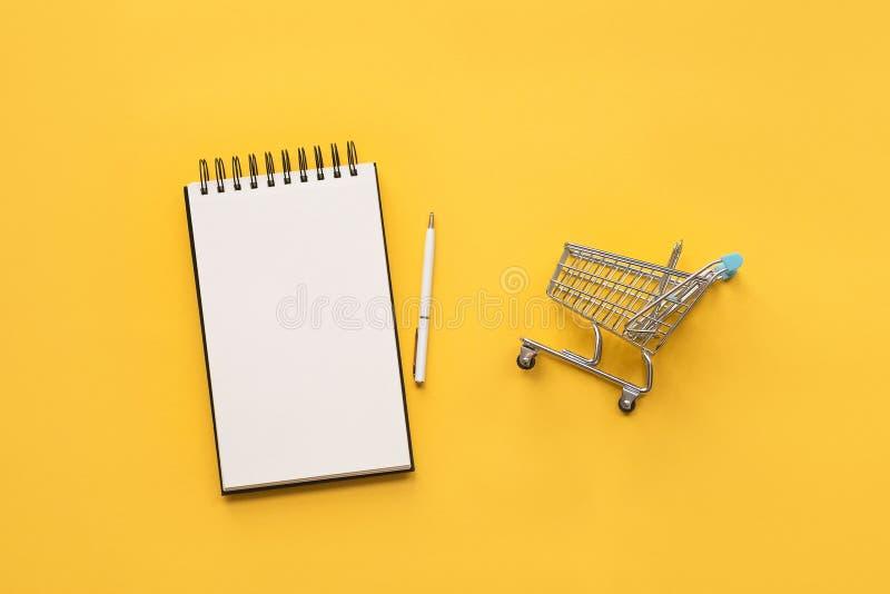 Carrello e nonebook per il vostro testo Concetto per gli acquisti fotografia stock