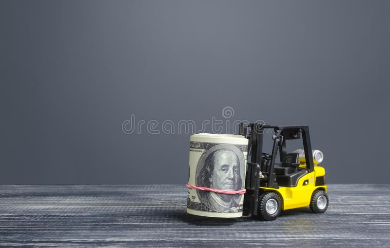 Carrello elevatore porta un carrello di denaro in dollari Fare soldi e aumentare l'accumulo di capitale Attrazione degli investim immagini stock