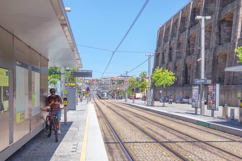 Carrello leggero moderno della ferrovia nella città di Oporto portugal fotografie stock libere da diritti