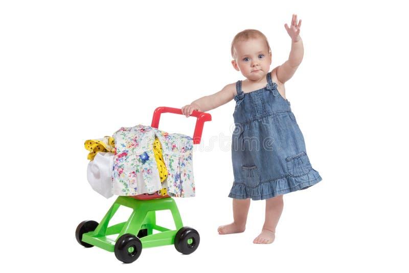 Carrello in pieno dei vestiti e del bambino fotografia stock