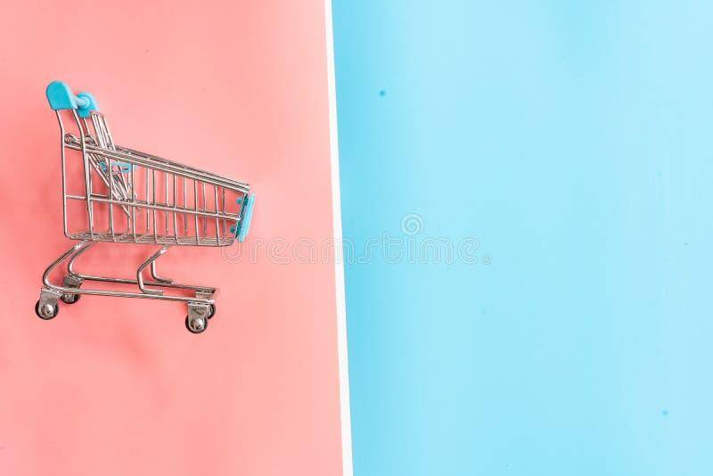 carrello su fondo pastello immagini stock libere da diritti