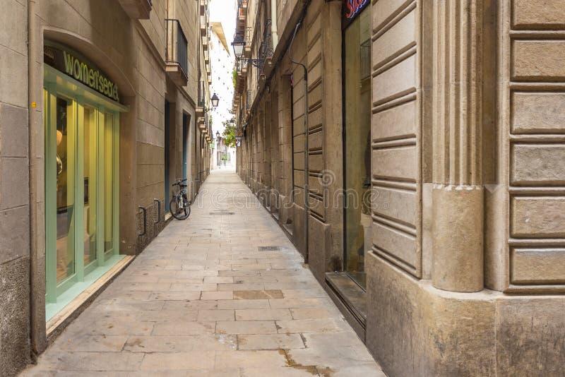 Carrer de la Portaferrissa, calle estrecha en el centro de la ciudad, Barcelona, España imágenes de archivo libres de regalías