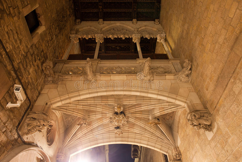 Carrer del Bisbe Мост в Барселоне стоковые изображения