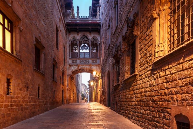 Carrer del Bisbe en el cuarto gótico, Barcelona imagen de archivo