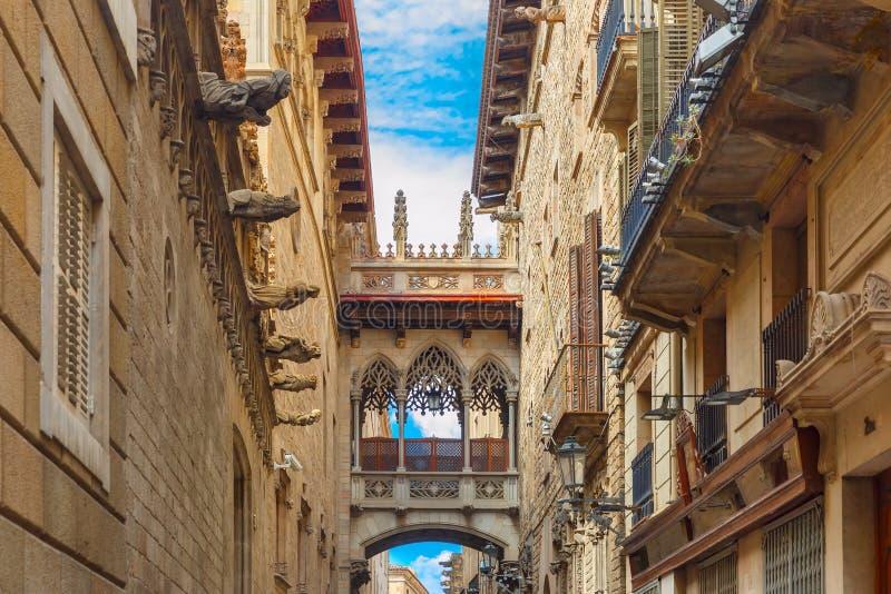 Carrer del Bisbe en el cuarto gótico de Barcelona, España imagenes de archivo