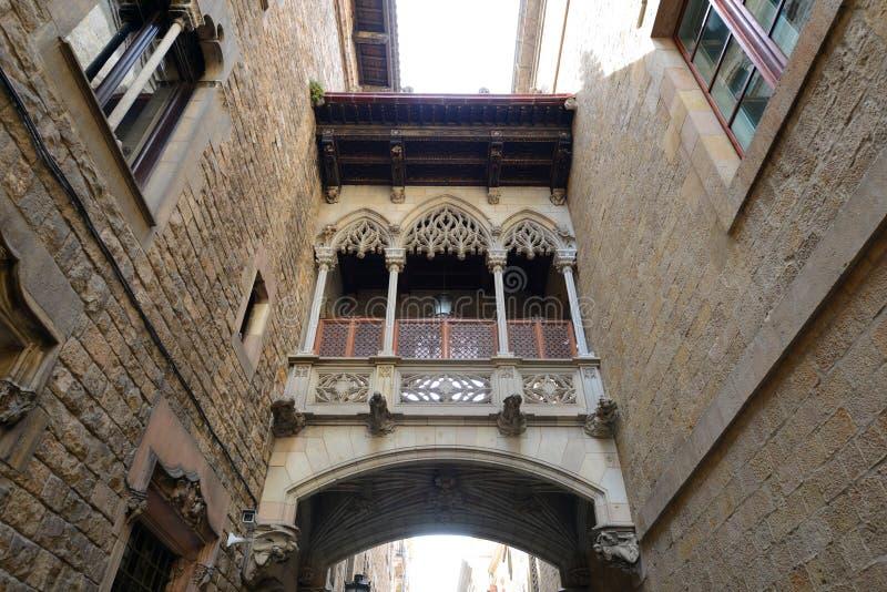 Carrer del Bisbe Irurita, cidade velha de Barcelona, Espanha fotografia de stock