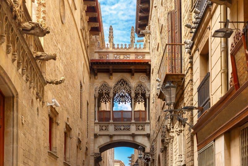 Carrer del Bisbe nel quarto gotico di Barcellona, Spagna fotografie stock