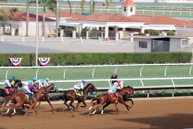 Carrera de caballos en la pista de California cerca de la meta fotos de archivo
