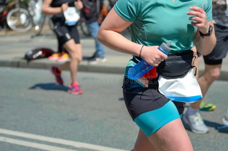 Carrera de funcionamiento del maratón, corredor de la mujer en competir con de camino, competencia funcionada con de deporte, apt fotos de archivo