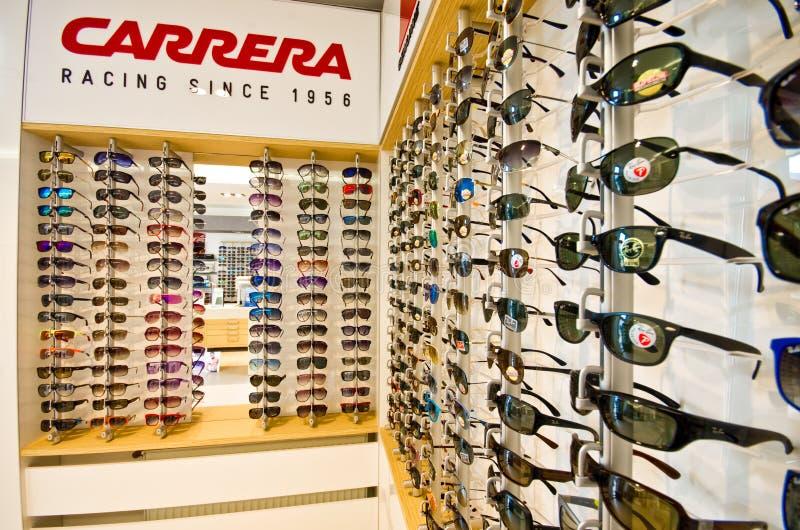 Carrera-Sonnenbrille auf Anzeige lizenzfreie stockbilder