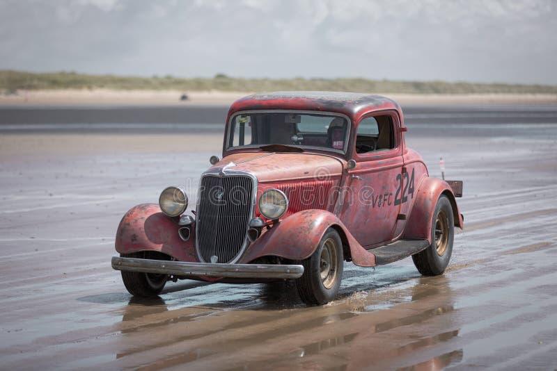 Carreras calientes - Pink Ford Hot Rod on Pendine Sands fotografía de archivo libre de regalías