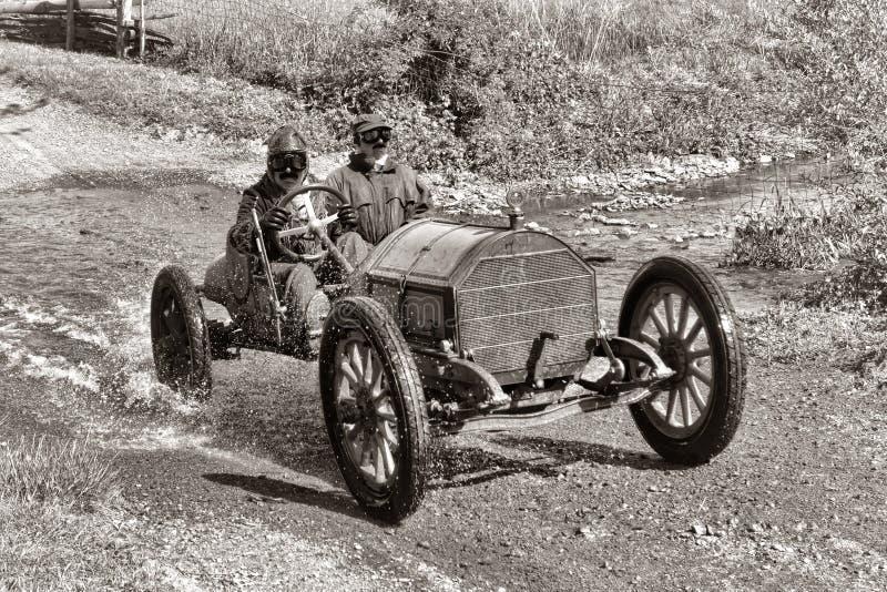 Carreras de coches antiguas en el camino de tierra viejo imagen de archivo libre de regalías