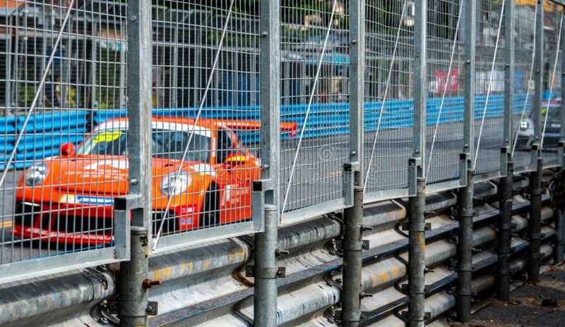 Carreras de coches del Motorsport en la carretera de asfalto Impulsión del coche de competición con velocidad en pista con la fal foto de archivo libre de regalías