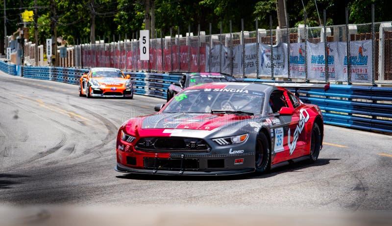 Carreras de coches del mustango de Ford en pista en Bangsaen Grand Prix 2018 cerca de la playa de Bangsaen en Tailandia foto de archivo libre de regalías