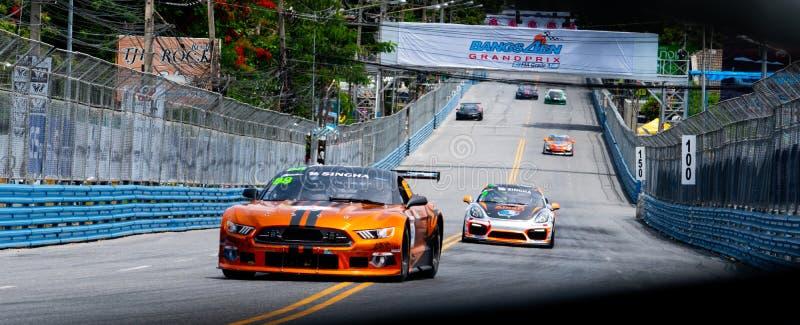 Carreras de coches del mustango de Ford en pista en Bangsaen Grand Prix 2018 cerca de la playa de Bangsaen en Tailandia imagen de archivo