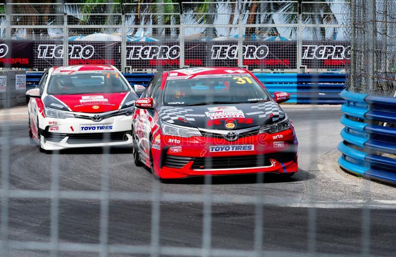 Carreras de coches de Toyota en pista en Bangsaen Grand Prix 2018 cerca de la playa de Bangsaen en Tailandia fotografía de archivo libre de regalías
