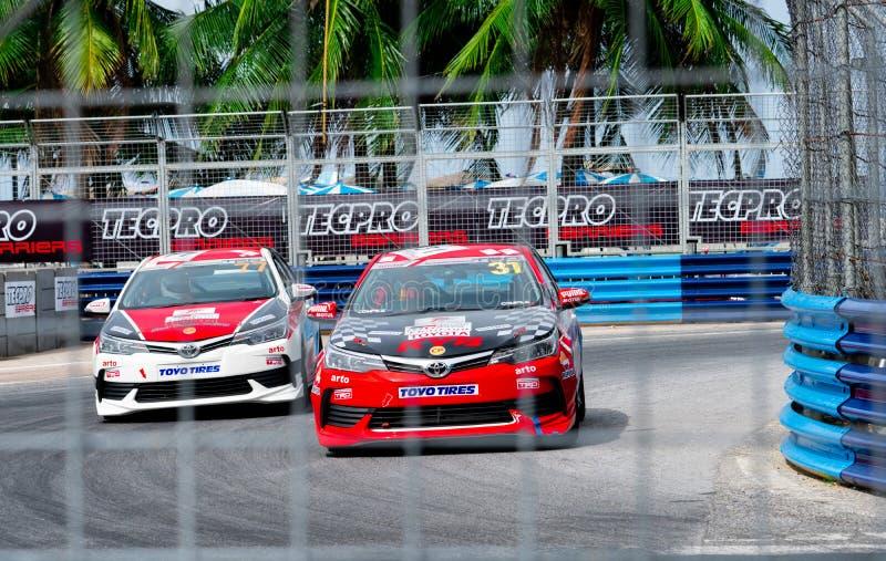 Carreras de coches de Toyota en pista en Bangsaen Grand Prix 2018 cerca de la playa de Bangsaen en Tailandia foto de archivo