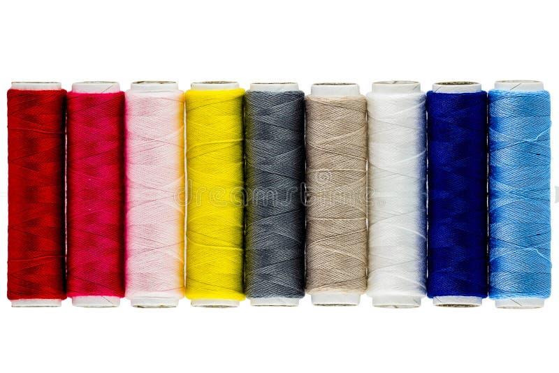 Carretéis coloridos da linha no fundo branco imagens de stock
