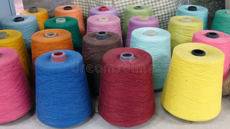 Carretéis coloridos do fundo das linhas textile imagem de stock royalty free