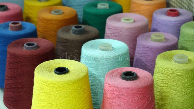 Carretéis coloridos do fundo das linhas textile fotografia de stock royalty free