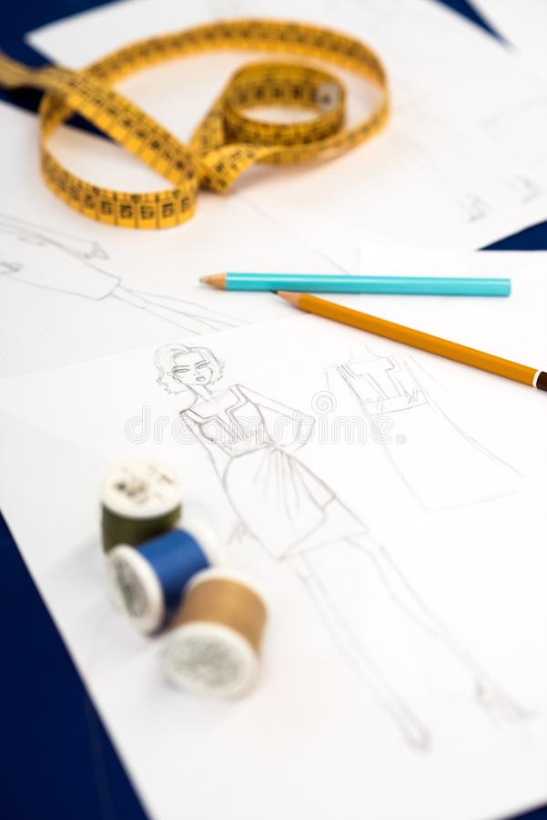 Carretéis da linha com os lápis contra croquis fotos de stock royalty free