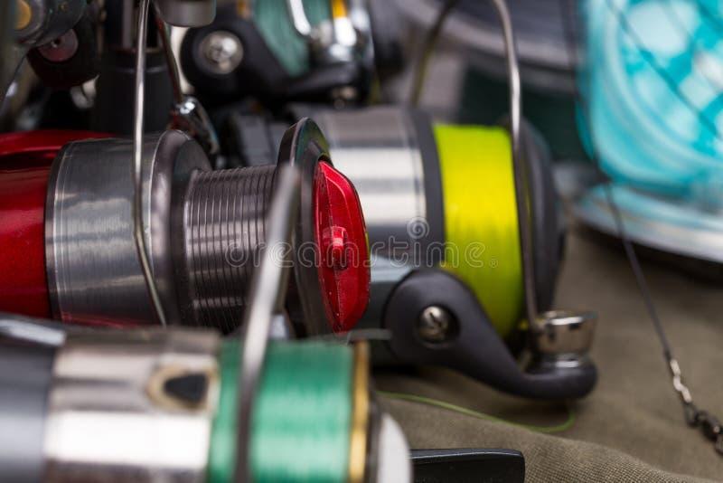 Carretéis da pesca com linha cores diferentes fotos de stock