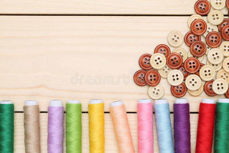 Carrete de hilos y de botones foto de archivo libre de regalías