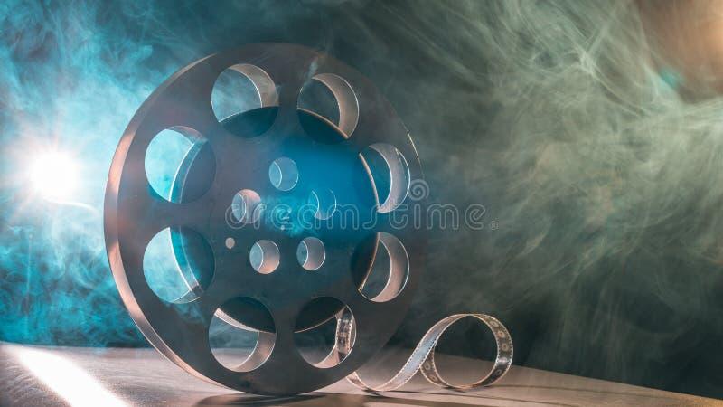 Carrete de la película retro en el verde y el azul del humo imagen de archivo