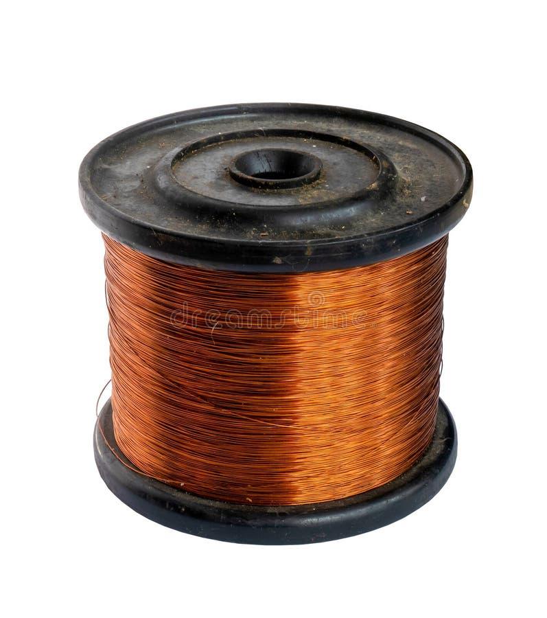 Carrete del alambre de cobre aislado en un fondo blanco foto de archivo libre de regalías