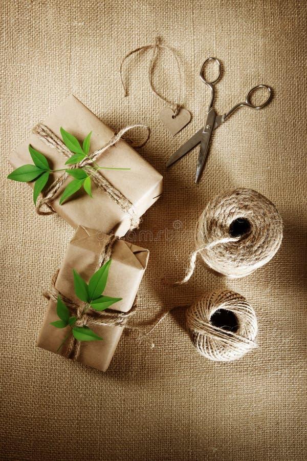 Carrete del cordón del cáñamo con las cajas de regalo fotos de archivo