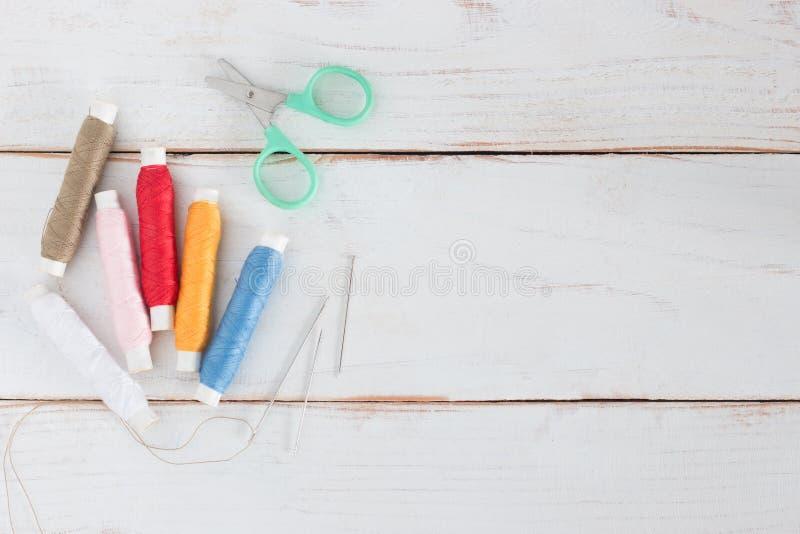 Carretel da linha muito cor com agulha e as tesouras pequenas foto de stock royalty free