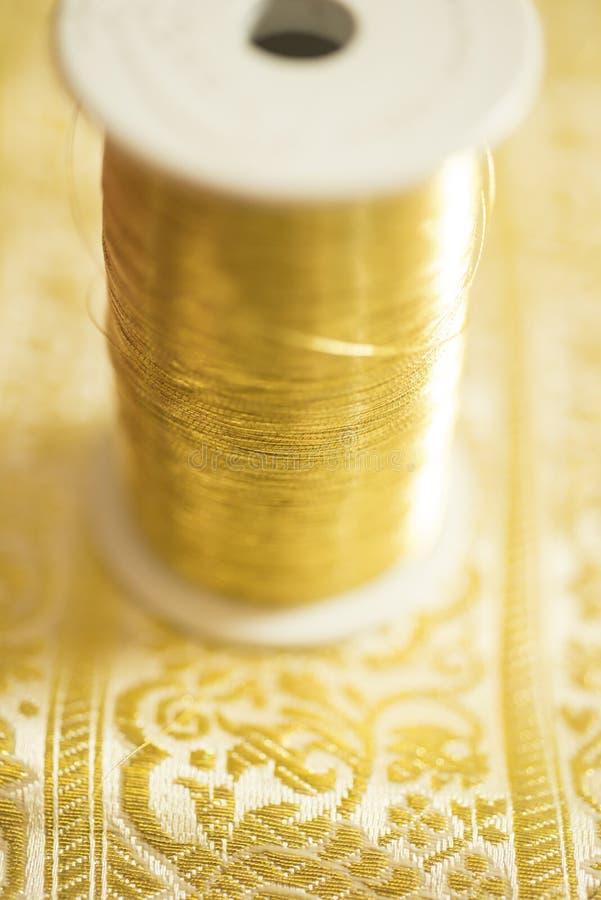 Carretel da linha Ouro-colorida foto de stock