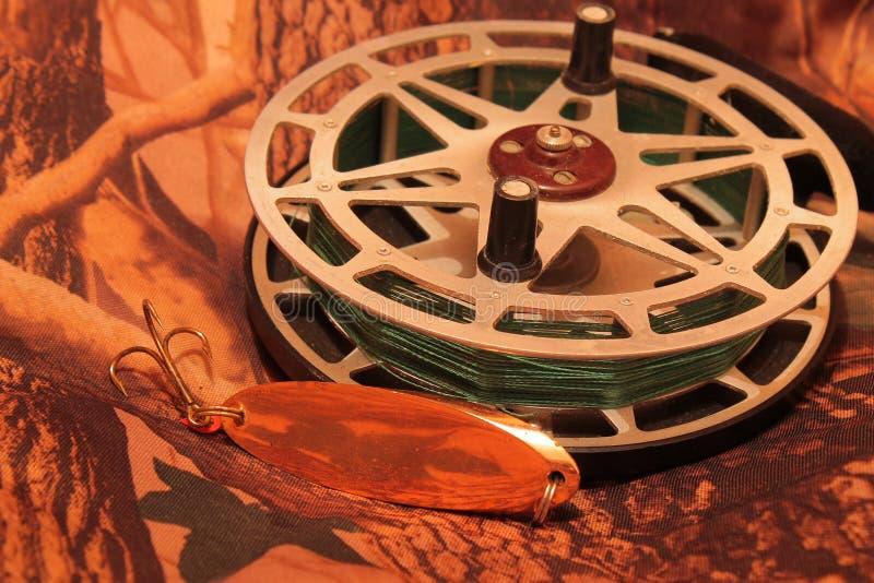 Carretel da pesca da inércia com atração de oscilação fotografia de stock