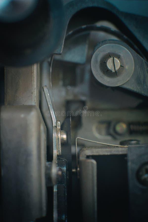 Carretel de filme super de 8 milímetros no projetor, símbolo do filme fotos de stock